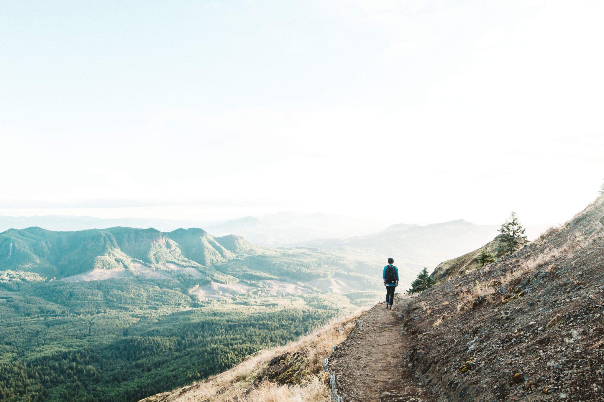 excursionista se enfrenta al infinito en su camino