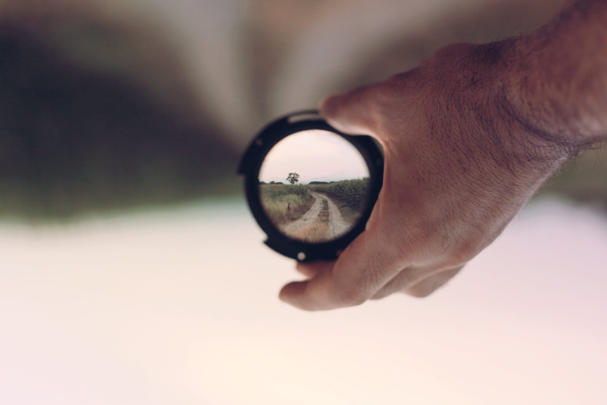 tener un punto significa enfocarse en un objetivo al igual que esta imagen solo se puede ver enfocando adecuadamente a través de un espejo
