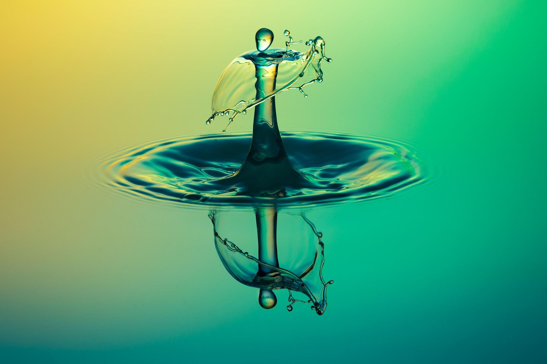 un imagen de una gota de agua. la gota representa caos comparado a la agua calmada al rededor